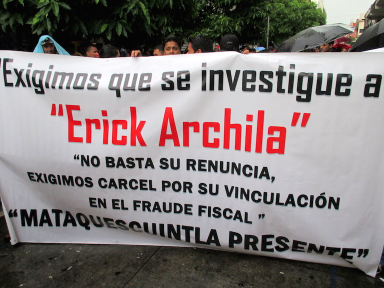 Protesters hold a banner calling for an investigation and jail for Erick Archila, the Minister of Energy and Mines who resigned May 15 over accusations of corruption, at a massive protest in Guatemala City on May 16. Protests took place throughout the country that day. Photo by Sandra Cuffe.
